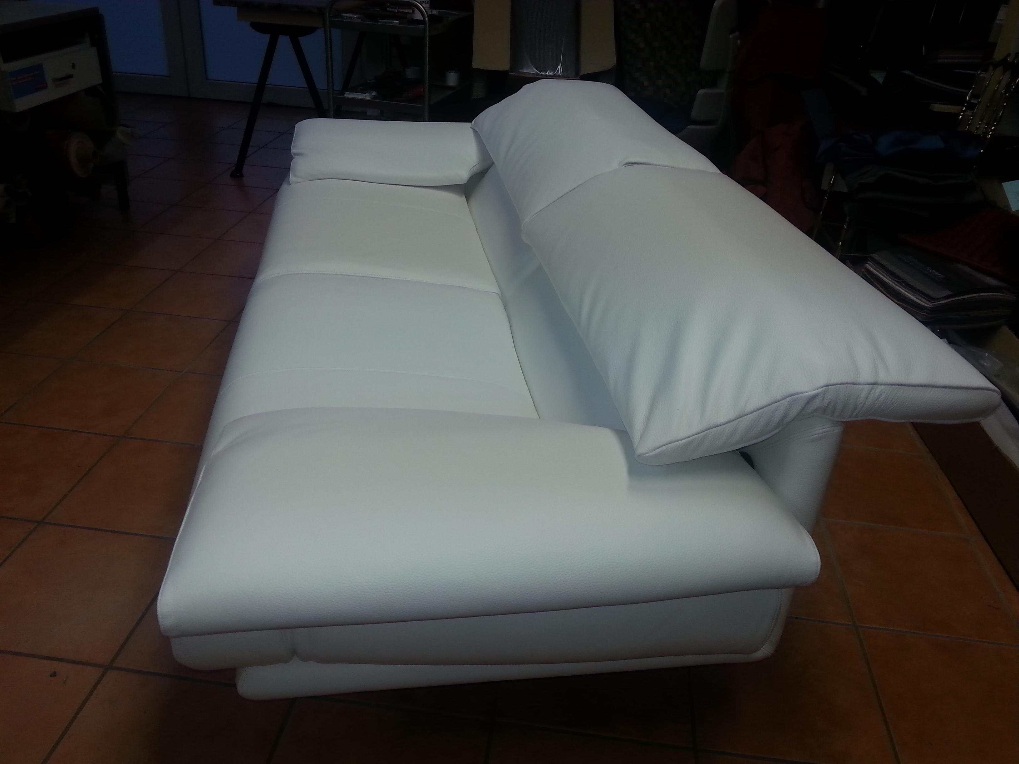 B&B iTALIA ( Alanda)bezogen in Weißes Leder bezogen.